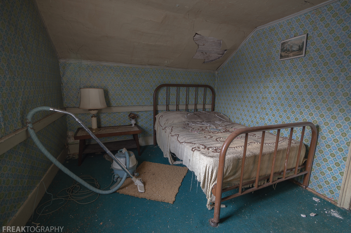 Tiny 4 bedroom abandoned house freaktography for 4 beds in one room